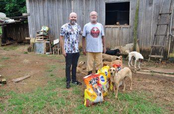 Aleks Palitot visita abrigo de animais
