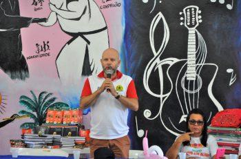 Aleks Palitot participa de entrega de kits escolares na Vila Princesa