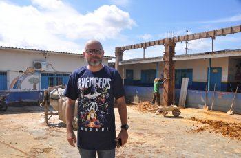Aleks Palitot visita obras na Escola Khrys Damaris